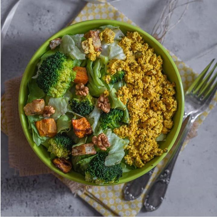 Tofu brouillé au curcuma et son assortiment de légumes