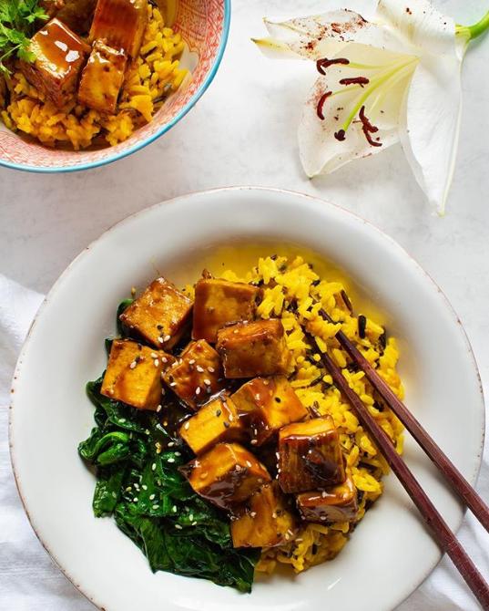 Tofu caramélisé, riz crémeux et épinards au sésame