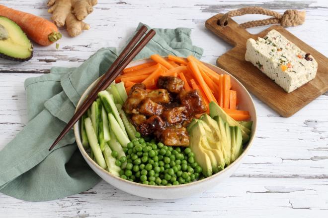 Tofu bowl aux légumes, avocat et tofu épinard noisette teriyaki
