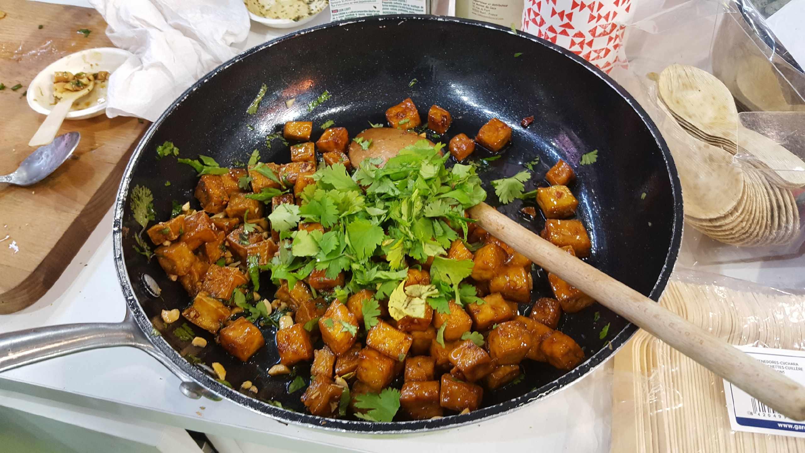Tofu caramélisé, gingembre et cacahuètes