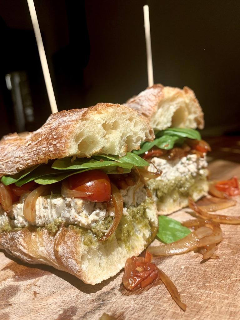Sandwich pesto et tofu aux herbes